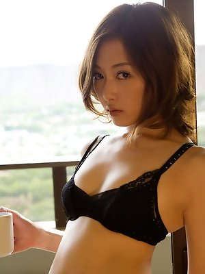Alluriing asian babe looks incredibly hot in her skimpy bikini