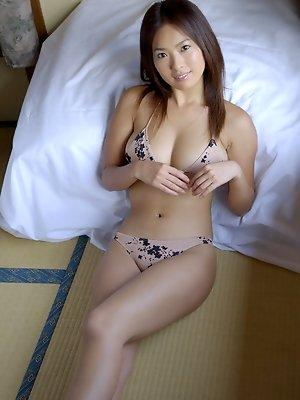 This busty gravure idol babe seduces in her little skimpy bikini